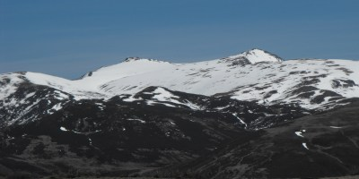 Abusando un poco del zoom saco el detalle de Peña Trevinca (2124m) a la derecha y Peña Negra (2119m) a la izquierda